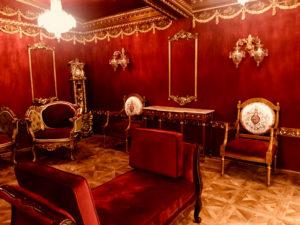 宮殿内は華やかな内装