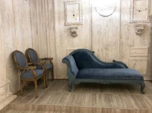 青が美しいソファ