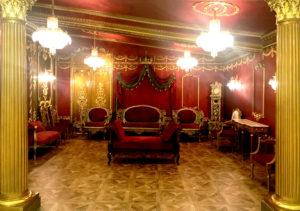 深紅で統一された豪華な宮殿エリアにはクラッシックな調度品が配置されています。