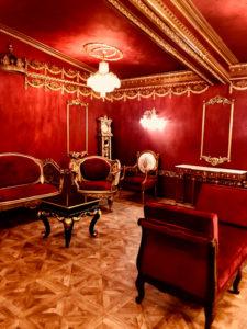 金と深紅が美しい撮影スタジオ