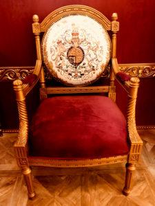 金の装飾が美しい家具
