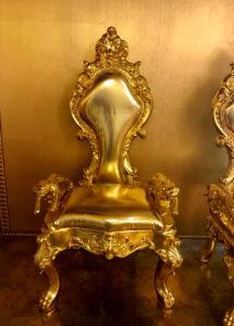 ゴールドの椅子